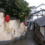 Haben wir gefunden, als wir in Ziqikou herumgestiegen sind:Geschmückte und bemalte Wände, alte Treppen, baufällige Wohnhäuser.