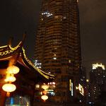 Typisch Chongqing: das idyllische Bild wird von einer Autobahn oder einem Hochhaus gestört.
