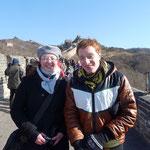 Anna und Kaspar frierend, aber glücklich auf der grossen Mauer