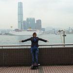 Ich, hinter mir der Hafen und die Stadtviertel Tsim Sha Tsui und Kowloon