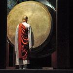 monnik in concentratie voor de Dharma drum