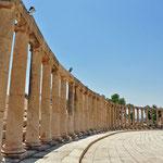 Dorische zuilen die het ovalen forum vormen