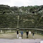 het amphitheater in Um Quais gemaakt in zwart basalten stenen. Enig in de wereld.