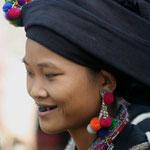 Black Hmong meisje met de zwarte 'plasticine' op de tanden