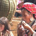 Flower Hmong moeder met dochter op markt in Bac Ha