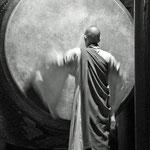 monnik in volle actie op de Dharma drum