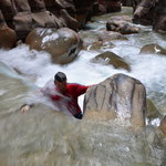 Klimmen klauteren tegen het water op in Wadi Mujib