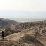 Bij het verlaten van Wadi Ibn Hamad heb je zicht op de Dode Zee in de verte.