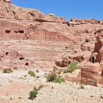 Het amphitheater uitgehouwen uit de roze rotsen