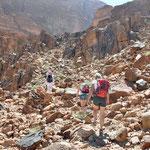 Rakabat Canyon - moeilijke beklimmng richting de woestijn. Niet voor personen met hoogtevrees