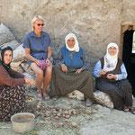 Op bezoek bij grootmoeder, moeder en dochter.