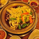 bulgogi schotel: vlees met groenten en paddestoelen die worden geroosterd