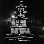verlichte stupa 's nachts