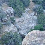 's ochtends vroeg. Wie goed kijkt ziet enkele Ibex' lopen op de rotsrichels