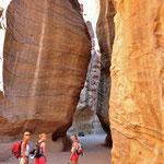 De 'siq'. De kloof die leidt naar de schatkamer 'al-khazneh' in Petra, de stad der Nabateërs
