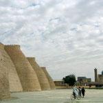 De omwalling van Khiva. Buitenstad wordt ook Ditsjan Kala genaamd.
