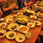 een 'bulgogi' tafel. Barbeque op tafel met allerlei sidedishes (kimchi)