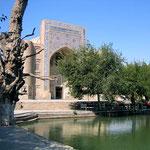 Het bekende Lyab-i-Hauz. Groot vijver met rondom eethuisjes en madrassa's in Buchara