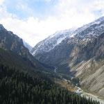 Ala-archa canyon op 1 uur rijden van de hoofdstad. Bergtoppen tot 5000m.