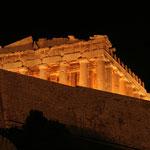 Athene: Acropolis bij avond. Gelukkig zie je de vele stellingen niet.