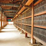 Galerij met houtblokken in de Tripitaka