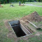 für den Film angelegter Friedhof mit ausgehobenem Grab
