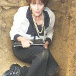 Filmstill im ausgehobenen Grab
