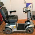 Seitansicht des Elektromobils Mobilis M68 für Senioren und Behinderte
