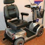 Drehbarer Kapitänssitz des Elektromobils Mobilis M68 für Senioren und Behinderte