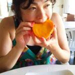 朝から、大きなマンゴーにかぶりつく