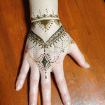 手の甲全体的に、お姉ちゃんの手