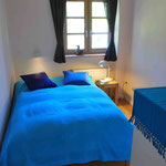 Schlafzimmer mit 140 cm Bett