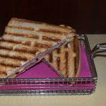 Schinken-Käse-Toast & Ketchup oder Käse-Toast & Ketchup € 3,00
