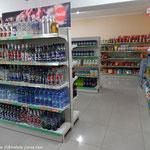 Les rayons bien achalandés d'un supermarché