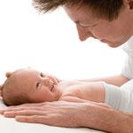 Neugeborenenfoto, Babyfoto, schlicht, hell, natürlich, Babyfotografhamburg, Babyfotografrosengarten, Neugeborenenshooting, Babyshooting, Papa, Familienfotos