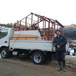 事前に石窯の収まる仮枠をアングルでつくって搬入します。