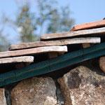 コッツウォルズの石灰石の外壁に、輸入物のアンティークの瓦を載せます。