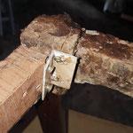 Les liens entre la façade et les cotés du fauteuil sont cassées et les anciennes réparations ne sont plus efficaces.