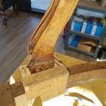 Poses des taquets pour recevoir l'encrage de l'assise avec une pièce consolidant l l'accoudoir