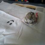 Zeitungspapier zusammen knüllen; Stoff darüber legen