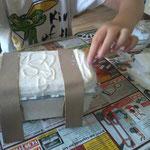mit Leder oder Stoffstreifen das Deckelschanier verstärken und Truhe damit dekorieren;