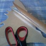 Papprolle einschneiden und das Ende beidseitig zugespitzt zuschneiden;