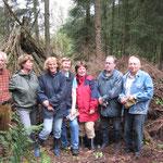 Die Aktiven vor dem aufgeschichteten Holz (Foto: Heike Wierhake-Kattner)