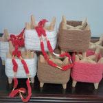 手紡ぎ糸。茶棉と白の生成り。茜染め糸。