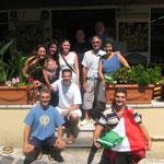 in basso Salvo e Gigi insieme alla famiglia ed alcuni amici
