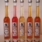 """Fünf Flaschen gefüllt mit den herrlichen Likören von """"Herbert Eisel - HE Liköre Körbe"""" in den Sorten: Kaffee, Wein, Honig, Feige und Vanille."""