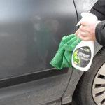 Eco Touch Waterless Car Care beim Aufsprühen auf ein verschmutztes Auto