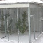 Der Schnee fegt durch die Voliere