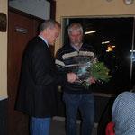 Hans-Egon Düring bedankt sich bei Albert de Vries für die langjährige Vorstandsarbeit