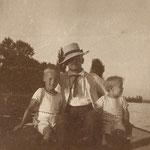 1911 oder 1912 mit Soehnen in Gaienhofen
